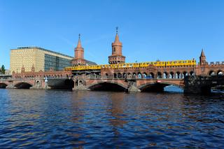 Berlin, Deutschland, Die Oberbaumbruecke zwischen Kreuzberg und Friedrichshain