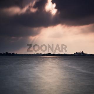Dunkle Wolken über Banter See in Wilhelmshaven