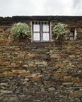 Quintandona, shale house
