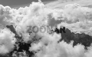 Dolomiten mit Wolken, Südtirol, Italien