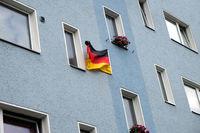 Hausfassade mit Deutschlandfahne