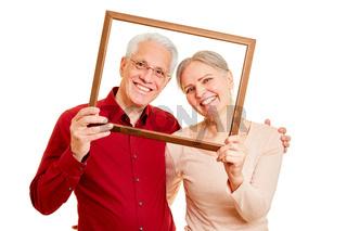 Glückliches Senioren Paar in Bilderrahmen