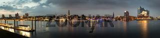 Panoramam von der Skyline von Hamburg bei Sonnenuntergang