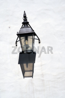 Wandlampe wirft Schatten