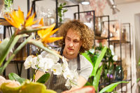 Mann arbeitet als Florist in einem Blumengeschäft