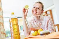 Hausfrau mit Zitrone beim reinigen einer Schüssel