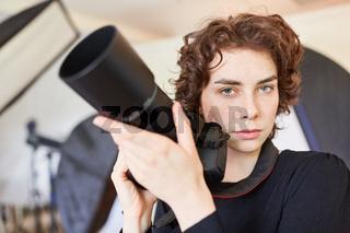 Selbstbewusste junge Frau als Fotografin