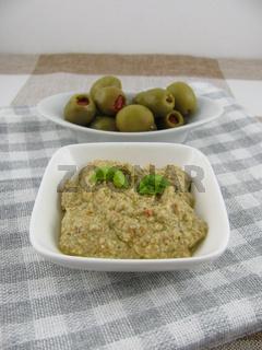 Selbstgemachte Olivenpaste mit Basilikum und Joghurt