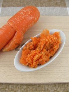 Selbstgemachter Trester von frisch gepressten orangenen Möhren