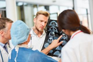 Radiologen analysieren Befund auf MRT Schnittbild