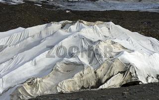 Abdeckung von Gletschereis mit weissem Kunststoff Vlies,Kaunertal, Ötztaler Alpen, Tirol, Österreich