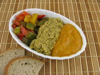 Gekochte bunte Paprika, Olivenpaste und Paprikamus