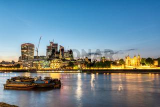Der Tower of London und die Wolkenkratzer der City