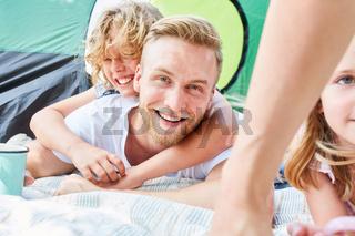 Vater und Sohn zusammen vor dem Zelt