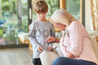 Oma lernt von Enkelsohn das Schreiben einer SMS