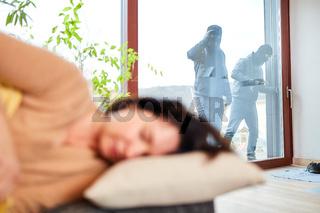 Einbrecher bei Überfall mit Frau im Haus