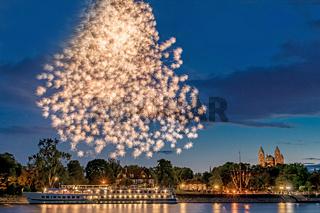 Feuerwerk über dem Rhein mit einem Schiff und dem Dom in Speyer in Deutschland