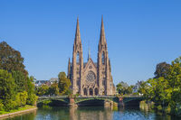 Blick auf die Kirche Saint Paul am Fluss Ill in Straßburg, Frankreich