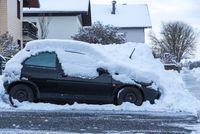 Parkendes Auto ist eingeschneit - Wintereinbruch