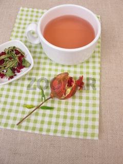 Eine Tasse Früchtetee mit Granatapfel