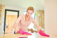 Putzfrau beim putzen in der Wohnung