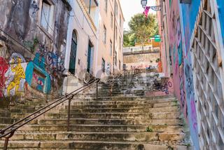 Typischer Treppenaufstieg in Lissabon