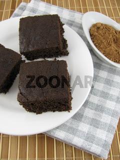 Frisch gebackener leckere dunkler Carob Kuchen auf einem Teller