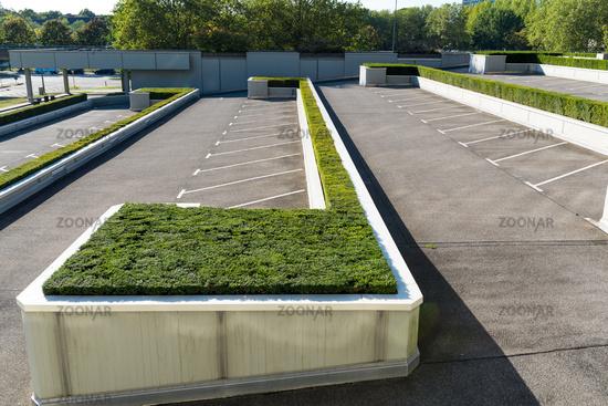 Parkplatz mit Buchsbaumlandschaft
