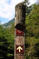Slowenien, Wegweiser am Fluss Soča im Nationalpark Triglav
