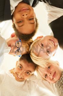 Gruppe glücklicher Kinder als multikulturelle Freunde
