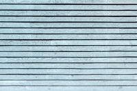 Pastell hellblau gestrichene, horizontale Bretterwand