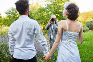 Hochzeitsfotograf macht Fotos vom Brautpaar