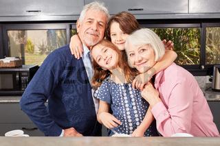 Glückliche Enkelkinder zusammen mit Oma und Opa