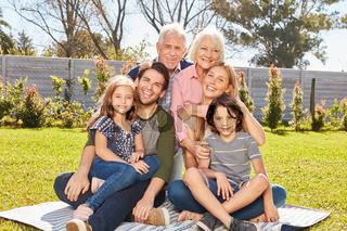Glückliche Familie mit drei Generationen im Garten