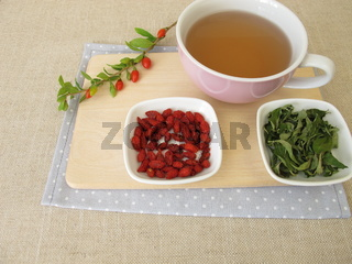 Tee mit getrockneten Goji-Beeren und Goji-Blättern