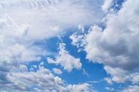 Helle weiße Wolken am blauen Himmel