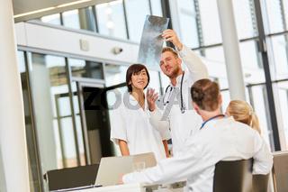 Dozent erklärt Befund auf einem Röntgenbild