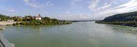 Panorama der Donau unterhalb des Kraftwerkes Ybbs-Persenbeug mit dem Schloss Persenbeug