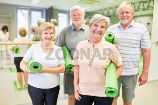 Gruppe Senioren mit Isomatte bei Rückengymnastik