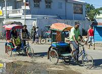 Strassenszene dominiert von Fahrrad-Rikschas, Muramanga, Madagaskar