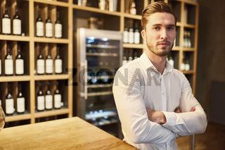 Junger Mann als Weinhändler oder Sommelier