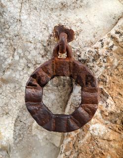 schmiedeeisener Ring an einer Wand