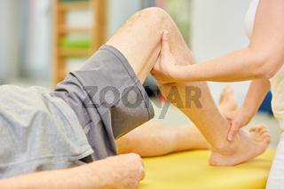 Physiotherapeutin behandelt Kniegelenk mit Osteopathie