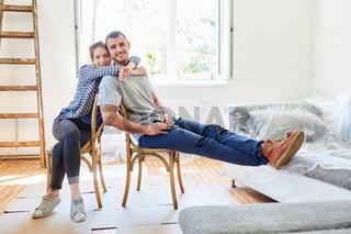 Paar freut sich über Einzug in die neue Wohnung
