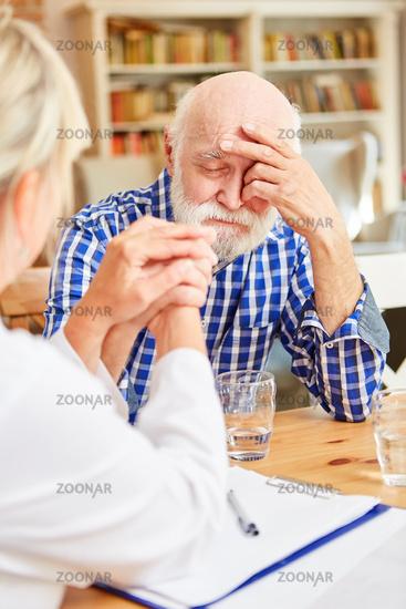 Deprimierter Senior wird von Hausärztin getröstet