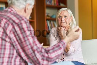 Seniorin hört ihrem Ehemann zu bei einem Streit