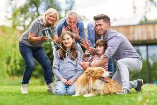 Familie mit Kindern hat Spaß beim Selfie machen