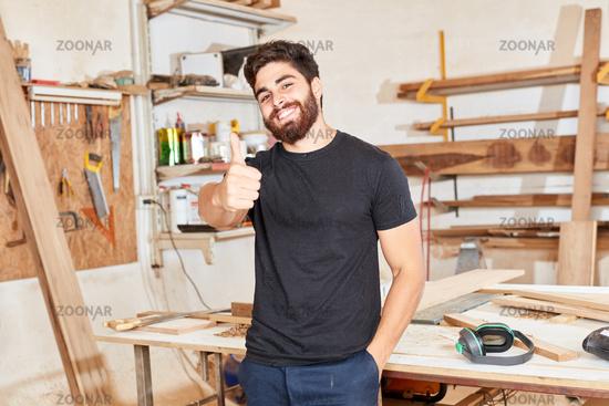 Start-Up Gründer hält den Daumen hoch