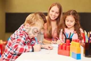 Junge malt konzentriert im Malkurs der Kita