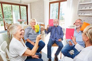 Senioren machen Übung in der Gruppentherapie